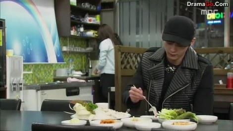 17-youngwon datang ke resto